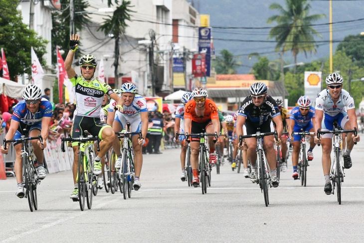 ステージ4勝目をアピールするアンドレア・グアルディーニ(イタリア、ファルネーゼヴィーニ・ネーリ)