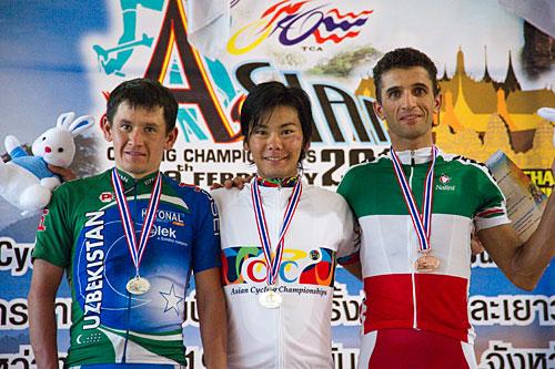 表彰台、左から2位ムラチジャン・ハルムラトフ(ウズベキスタン)、優勝新城幸也(ユーロップカー)、3位ホセイン・アスカリ(イラン)
