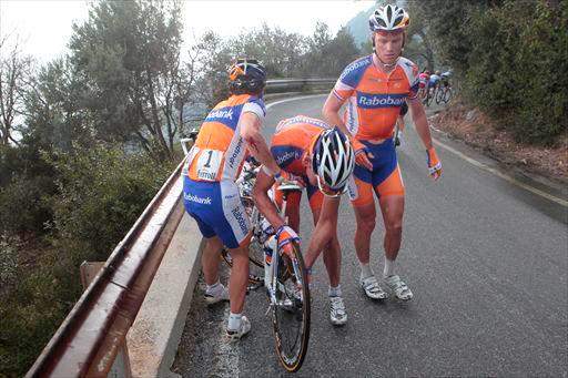 レ・マニエの下りで落車したオスカル・フレイレ(スペイン、ラボバンク)