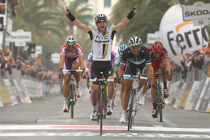 両手を突き上げてゴールするマシュー・ゴス(オーストラリア、HTC・ハイロード): photo:Riccardo Scanferla