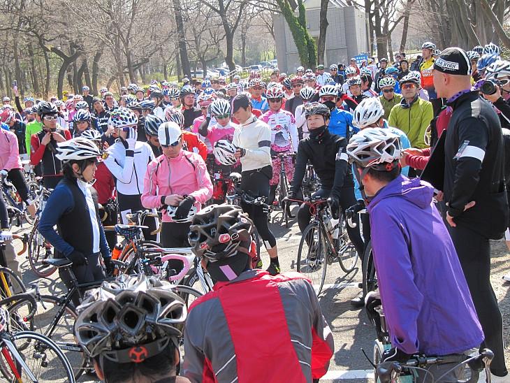 の荒川、秋ヶ瀬運動公園の羽倉橋駐車場には300人のサイクリストが集まった