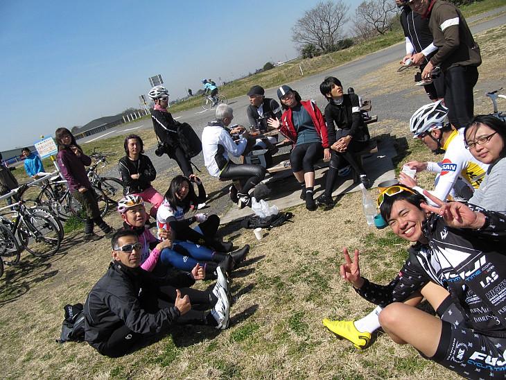 笑顔で休憩中の参加者たち