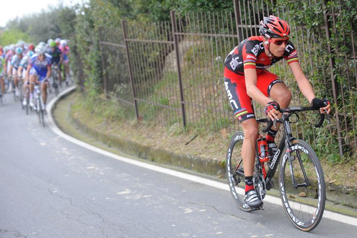 チプレッサでアタックを仕掛けるアレッサンドロ・バッラン(イタリア、BMCレーシングチーム)