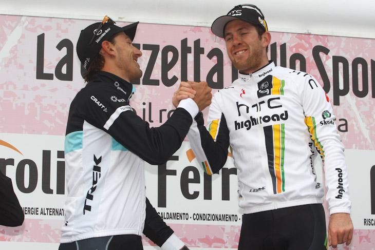 表彰台で握手するファビアン・カンチェラーラ(スイス、レオパード・トレック)とマシュー・ゴス(オーストラリア、HTC・ハイロード)