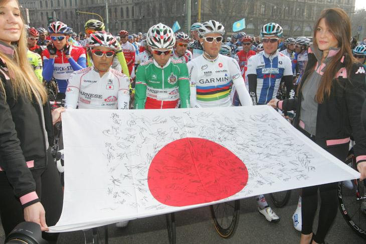選手たちのサインを集めた日の丸がスタート地点に掲げられる