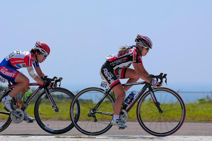 白浜エアポートクリテリウム2011 女子 中盤から針谷千紗子(サイクルベースあさひレーシング)と堀記理子(クラブシルベスト)の一騎打ち。最後は針谷が堀をスプリントで下し優勝: photo:Hideaki.TAKAGI