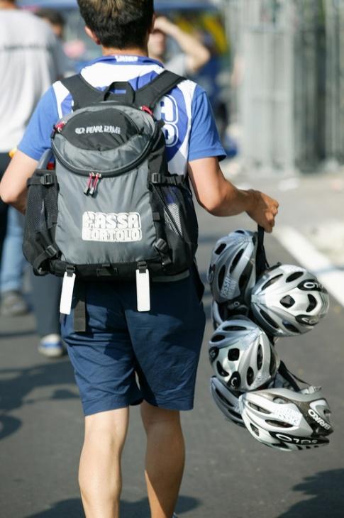 ゴール後の選手たちのヘルメットを回収し、チームバスへと誘導する