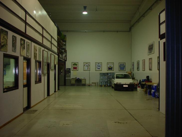 ファッサボルトロのチーム拠点のガレージ 広くて整然とした作業空間を確保していた