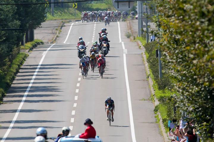 52km地点本別付近、逃げる澤田賢匠(CIELVO NARA PRO CYCLINGTEAM)を追う集団