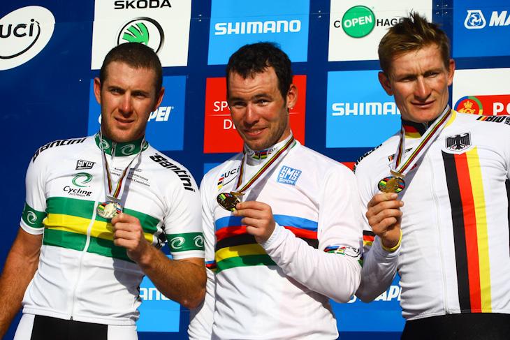 エリート男子表彰台 左から2位マシュー・ゴス(オーストラリア)、優勝マーク・カヴェンディッシュ(イギリス)、3位アンドレ・グライペル(ドイツ)