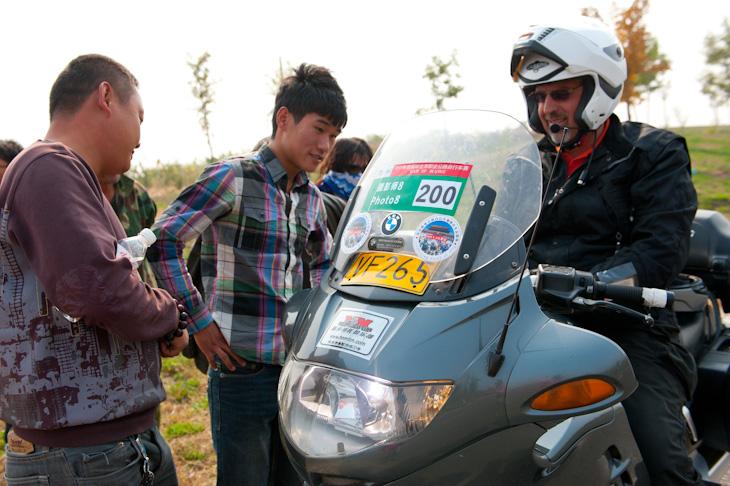 デビッドのバイクを物珍しげに見る地元の観客たち | cyclowired