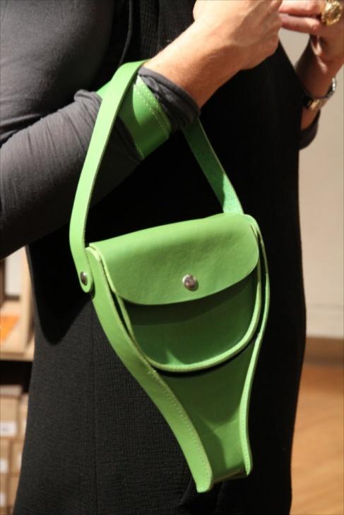 ブルックスの新作、サドル型のハンドバッグ、『ビクトリア』がよく似合っていた
