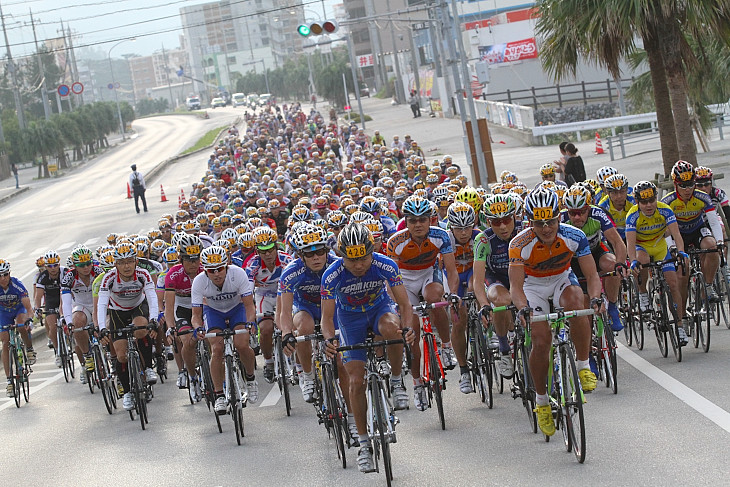 名護市街を背に走る市民210kmの468人の選手たち
