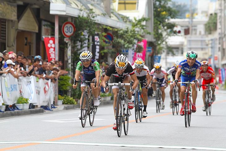 2位争いをする8人の集団の先頭は山本雅之(ブリヂストンサイクル西日本)がとった
