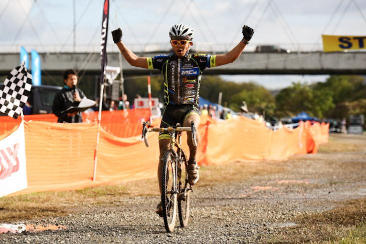 C1 圧勝した竹之内悠(Team Eurasia-Fondriest bikes)がゴール