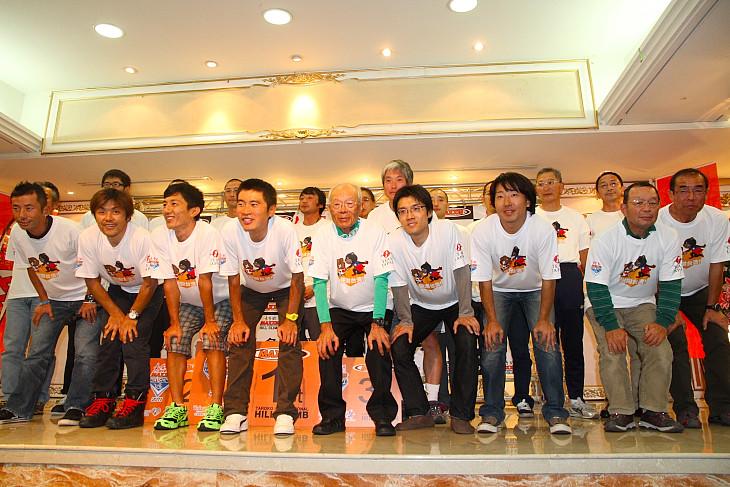 「謝謝(ありがとう)台湾」のTシャツをお揃いで着た日本選手団: (c)Makoto.AYANO