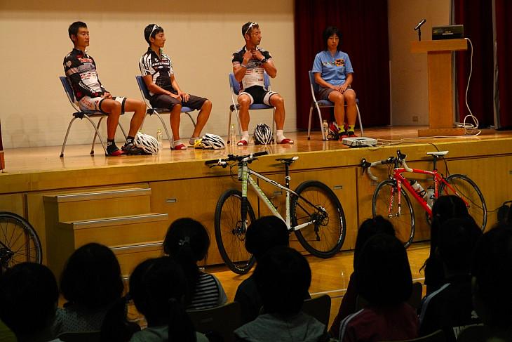 台中の小学校を訪れた日本選手団が講演会を開いた