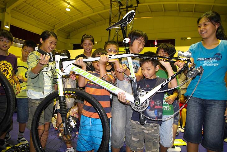 子供たちはスポーツバイクに興味津々だ