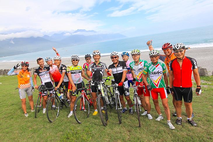 花蓮の海岸で記念写真 憧れの選手と一緒に走れるのもこのツアーの魅力だ