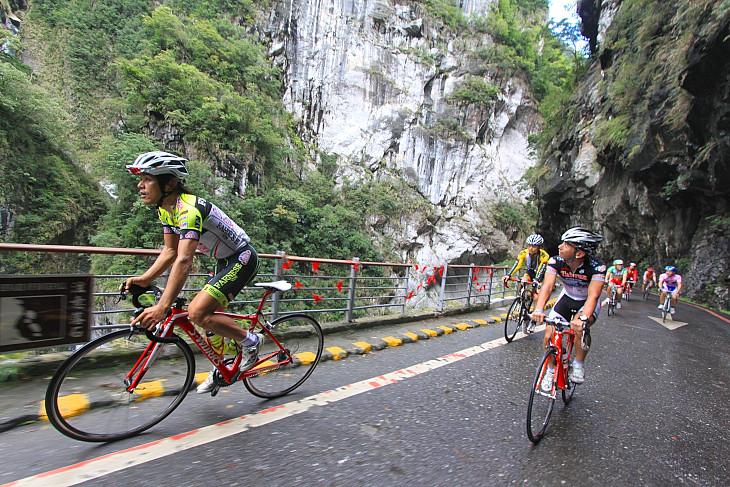 太魯閣渓谷を走る。レース中は景観をゆっくり見ることができないので驚きの連続だ: (c)Makoto.AYANO