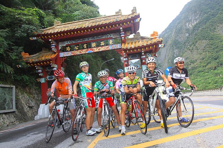 中華風の門が立つ「東西横貫公路」の入り口 ここからがレースコースだ: (c)Makoto.AYANO