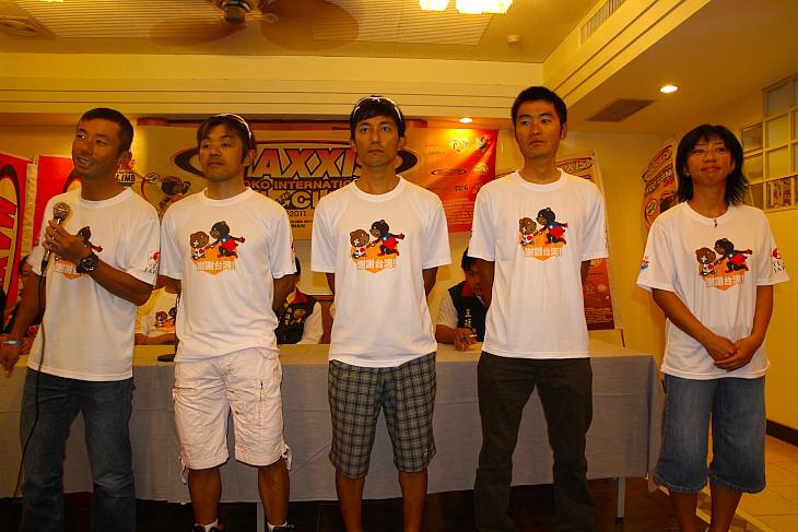 「謝謝(ありがとう)台湾」のTシャツをお揃いで着た日本選手団