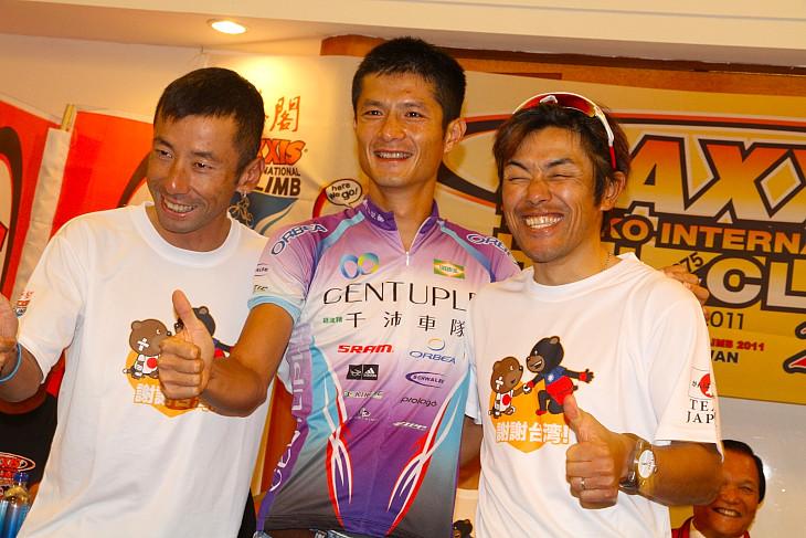 昨年の台湾人チャンピオン范永奕と宮澤崇史、福島晋一が記念写真に応じる