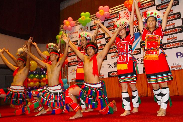アミ族の踊りで歓迎してくれる前夜祭