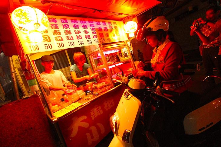 台湾の夜の屋台めぐりはほんとうに楽しい。これは珍しい?寿司屋