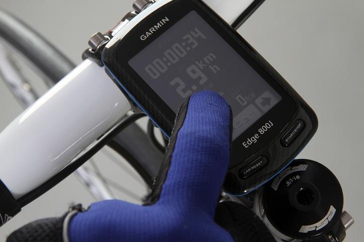 指付きグローブでも操作が可能な高感度なタッチパネルを採用している