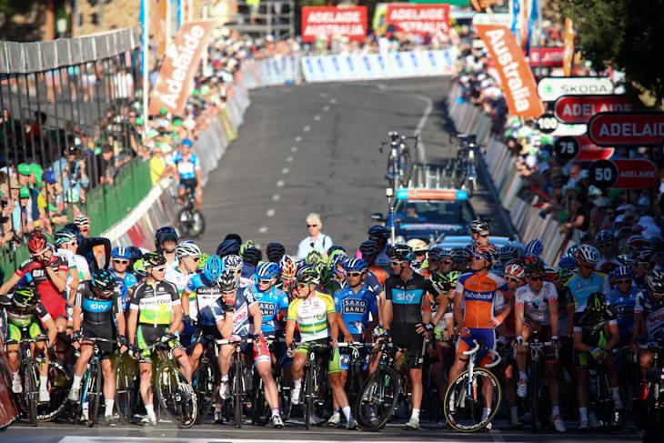 スタートラインに並んだ選手たち 宮澤崇史(チームサクソバンク)も前方に位置