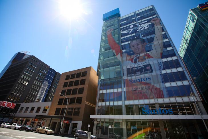 大会スポンサーのサントス社のビルには巨大なキャメロン・マイヤーが登場