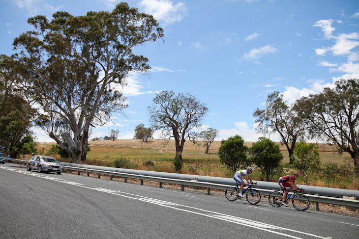 逃げるマルティン・コーラー(スイス、BMCレーシングチーム)とウィリアム・クラーク(オーストラリア、UniSAオーストラリア)