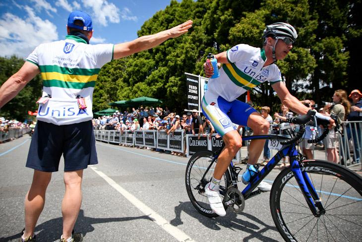 独走のまま最終周回に入るウィリアム・クラーク(オーストラリア、UniSAオーストラリア)がボトルをキャッチ