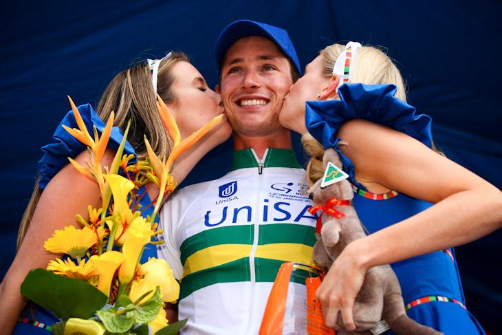 祝福のキスを受けるウィリアム・クラーク(オーストラリア、UniSAオーストラリア)