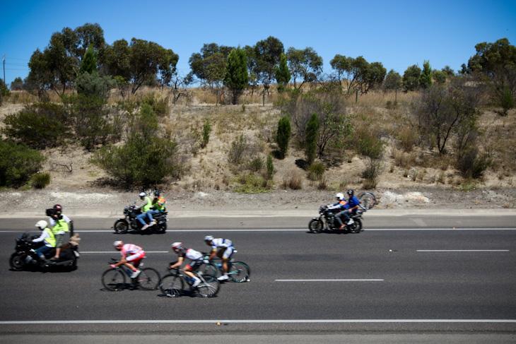 高速で平坦路を駆け抜ける逃げグループ