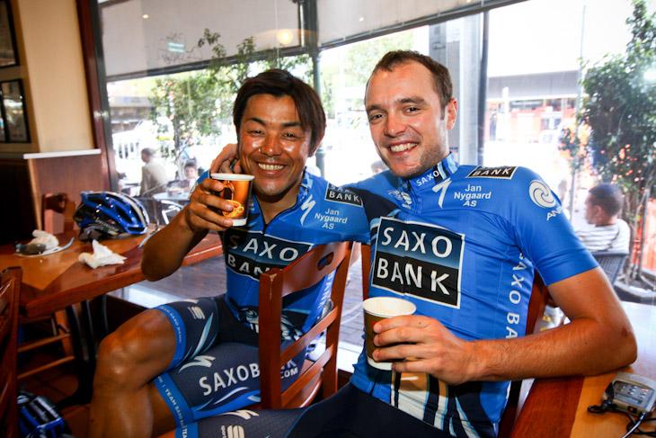 カフェでスタートを待つ宮澤崇史とアナス・ルンド(デンマーク、チームサクソバンク)