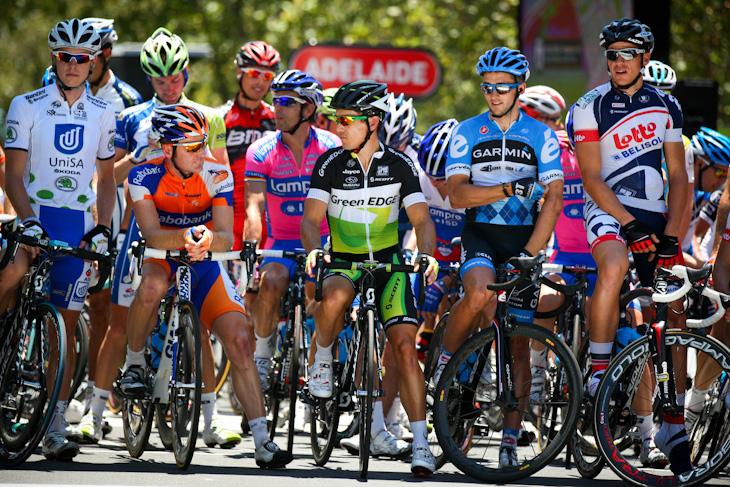 スタートラインの最前列に並ぶロビー・マキュアン(オーストラリア、グリーンエッジ)やアレハンドロ・バルベルデ(スペイン、モビスター)