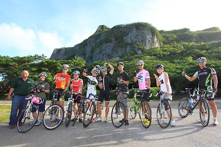 日本人と韓国人参加者たち。バンザイクリフを背に