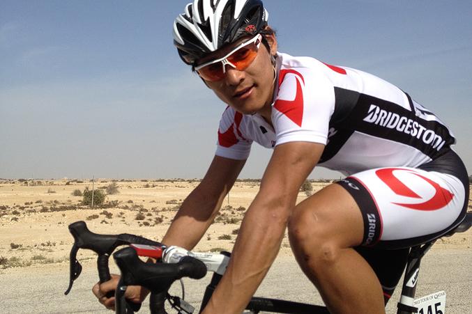 2012年のツアー・オブ・カタールを走る清水さん。選手としての経験がR1シリーズには活かされている
