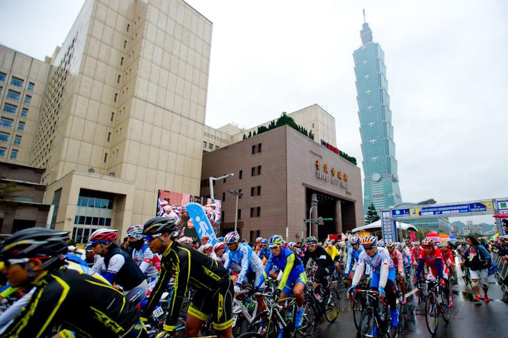 台北101の前からツール・ド・台湾2012第1ステージがスタート