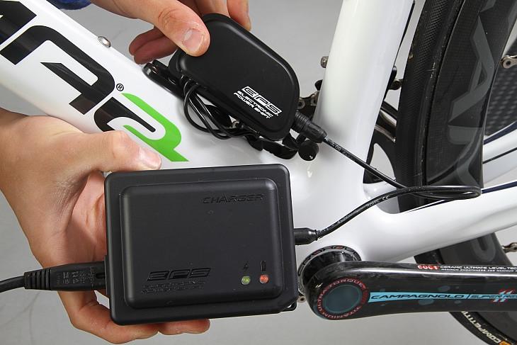 バッテリー充電器  シガーライターソケットも用意される