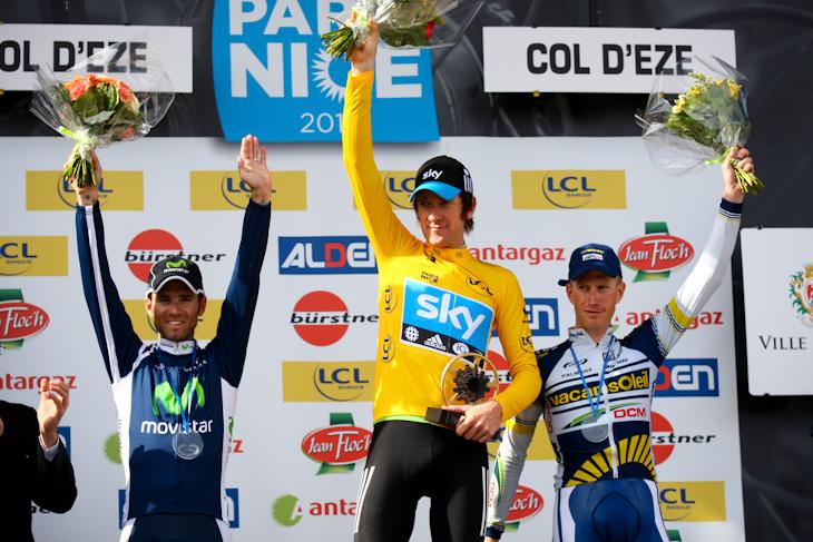 総合表彰台、左から3位アレハンドロ・バルベルデ(スペイン、モビスター)、優勝ブラドレー・ウィギンズ(イギリス、チームスカイ)、2位リエーベ・ヴェストラ(オランダ、ヴァカンソレイユ・DCM)
