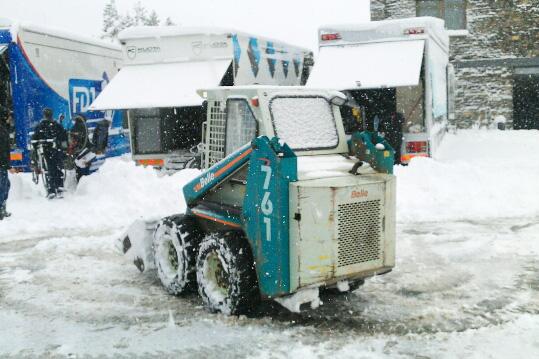 活発に動き回る小型の除雪車