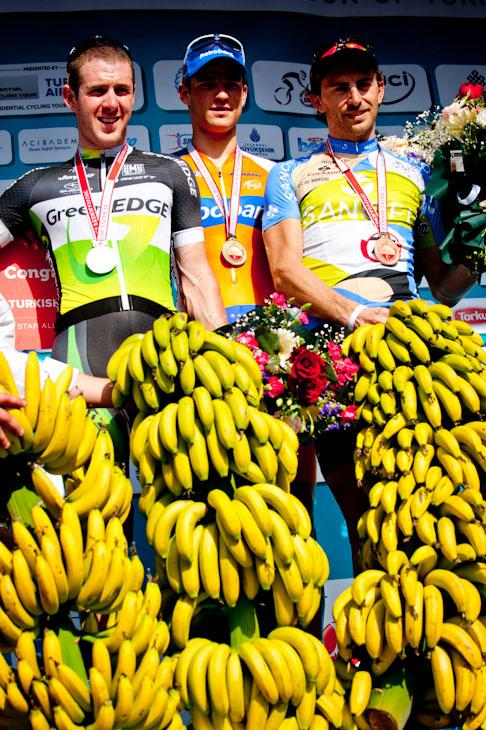 副賞に贈られた大量のバナナ