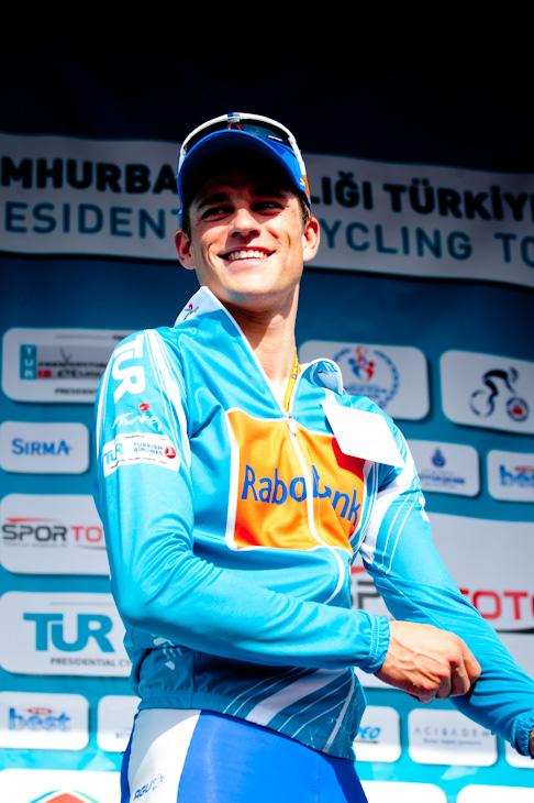 リーダージャージを獲得したテオ・ボス(オランダ、ラボバンク)