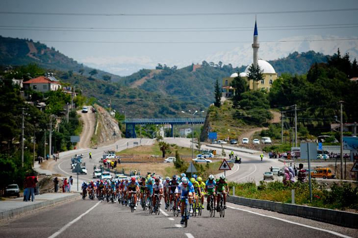 コース脇にモスクを多く見かけるトルコの道を行く