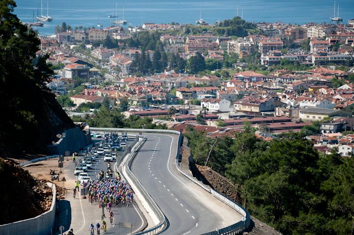 美しいマルマリスの街を背後にしてレースがスタート: (c)Sonoko.Tanaka