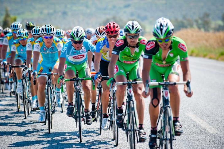 リーダーチームやアスタナが中心となりレースをコントロール