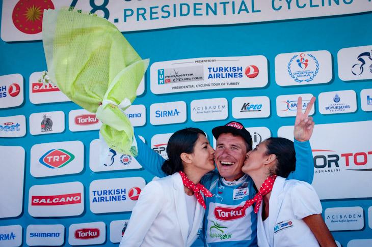 ポディウムガールのキスに満面の笑みを見せるイヴァイロ・ガブロフスキー(ブルガリア、コンヤ・トルク)